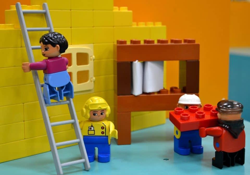 Zoom sur l'intérêt de s'amuser aux jeux de construction pour un enfant