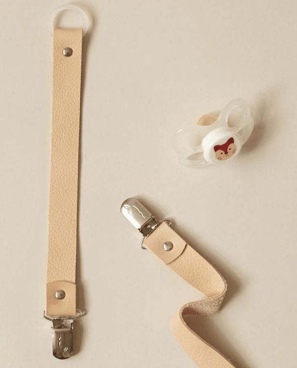 Pourquoi et comment utiliser une attache-tétine pour bébé ?